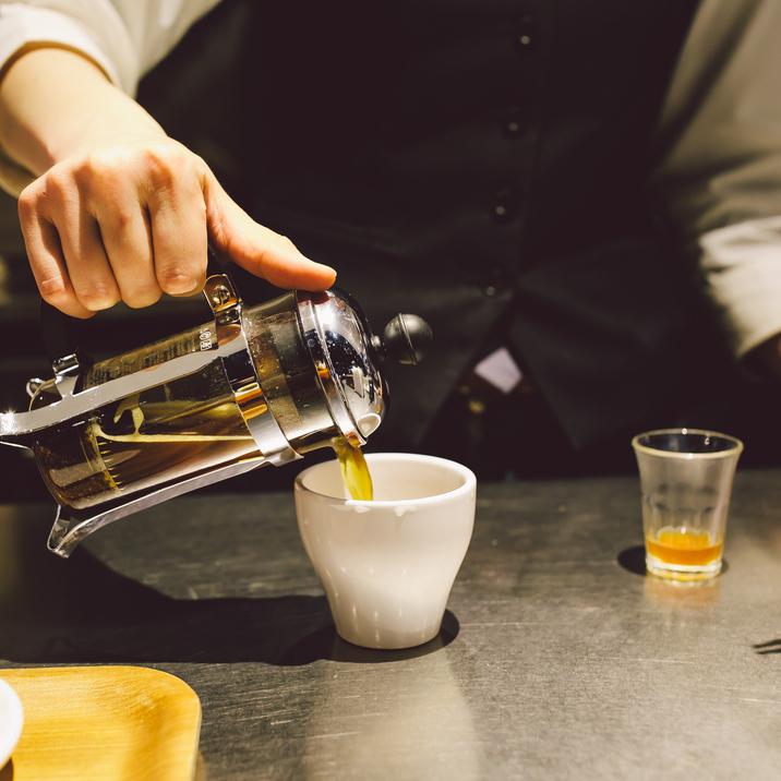 深夜、本物の一杯を求めて。名店「Unir」のコーヒーを贅沢に味わう