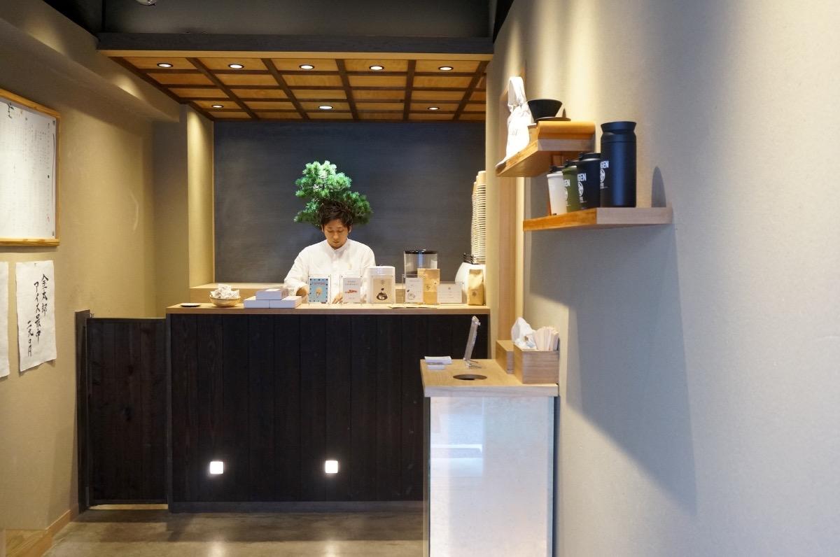 盆栽を愛でながらコーヒーを。暖簾をくぐったその先にあるもの