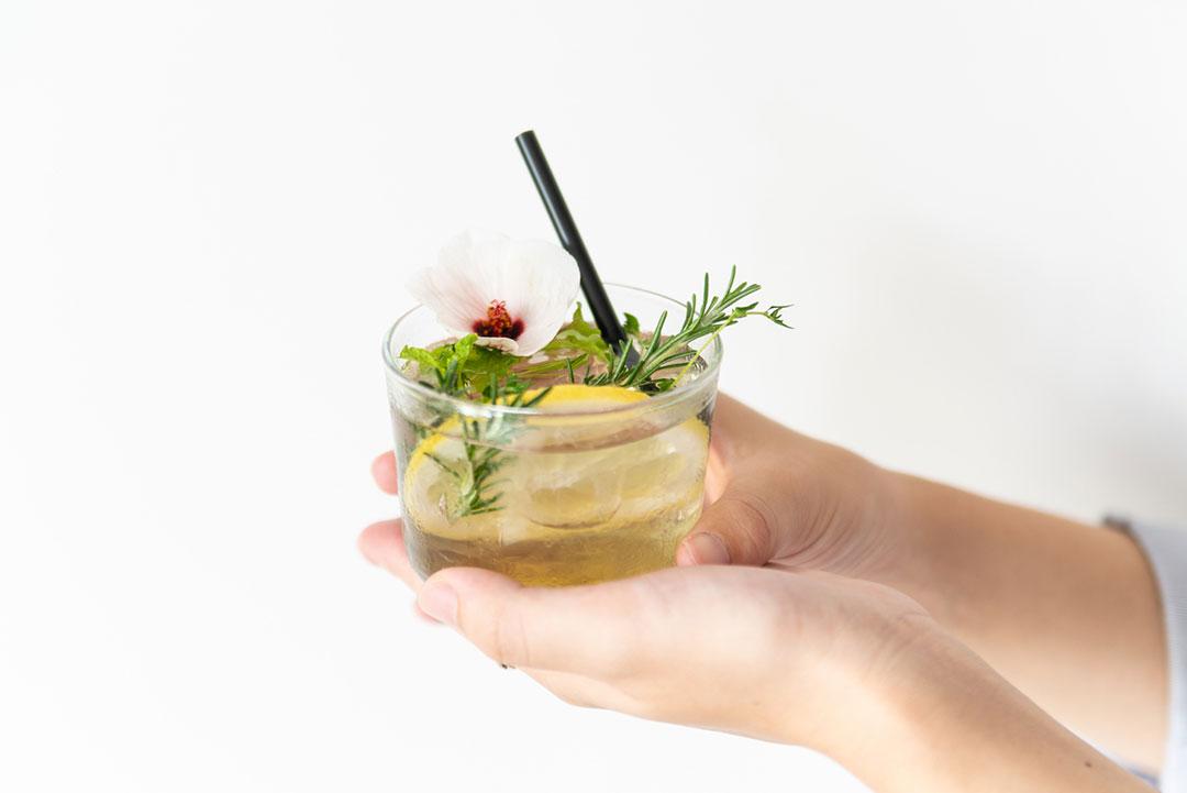 摘み取ったハーブをそのままドリンクに。日本茶専門店で「飲む植物園」開催
