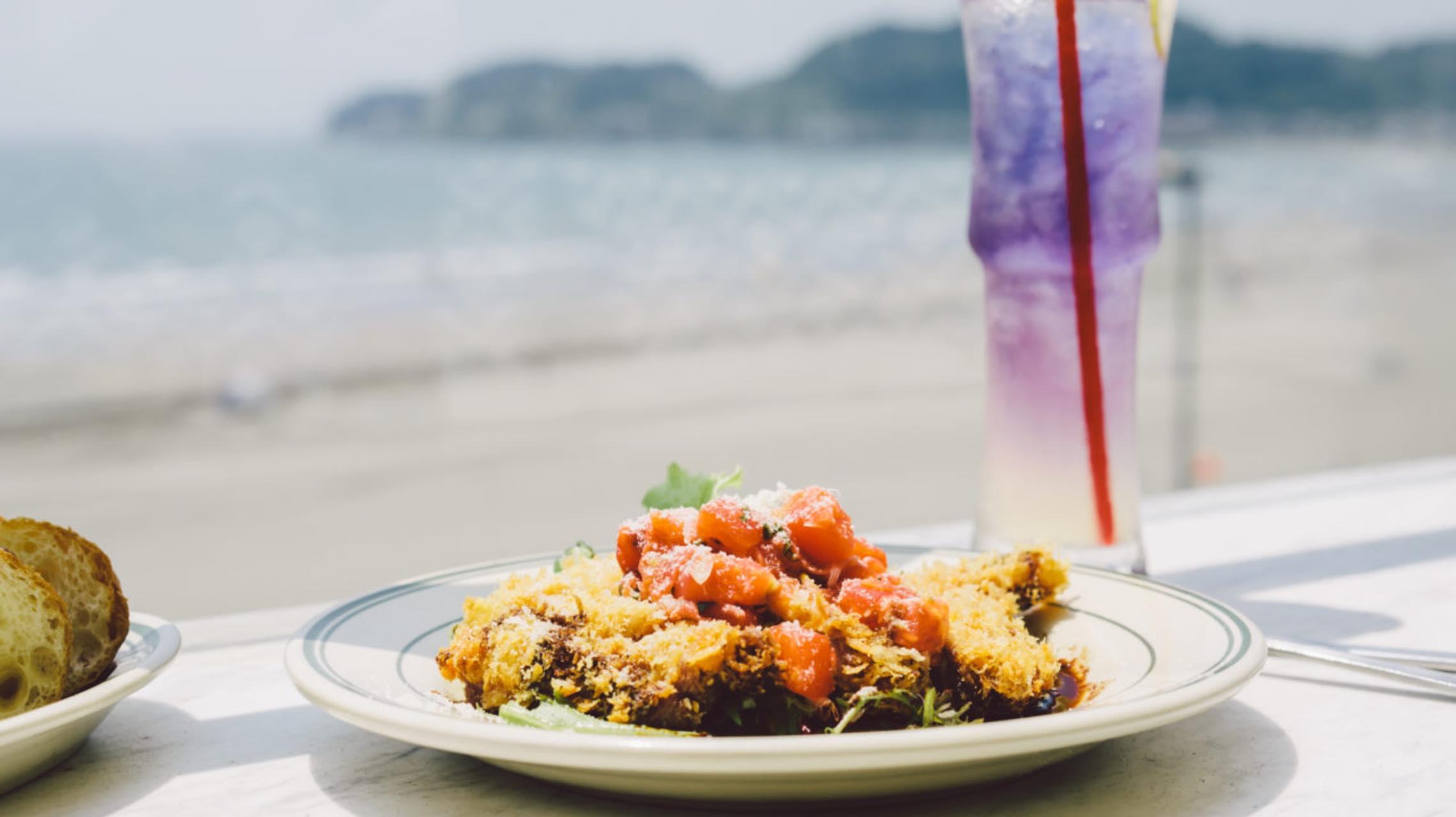 夏本番!海と空の青を全身で浴びるカフェ。鎌倉•材木座海岸「POST by HONEY」