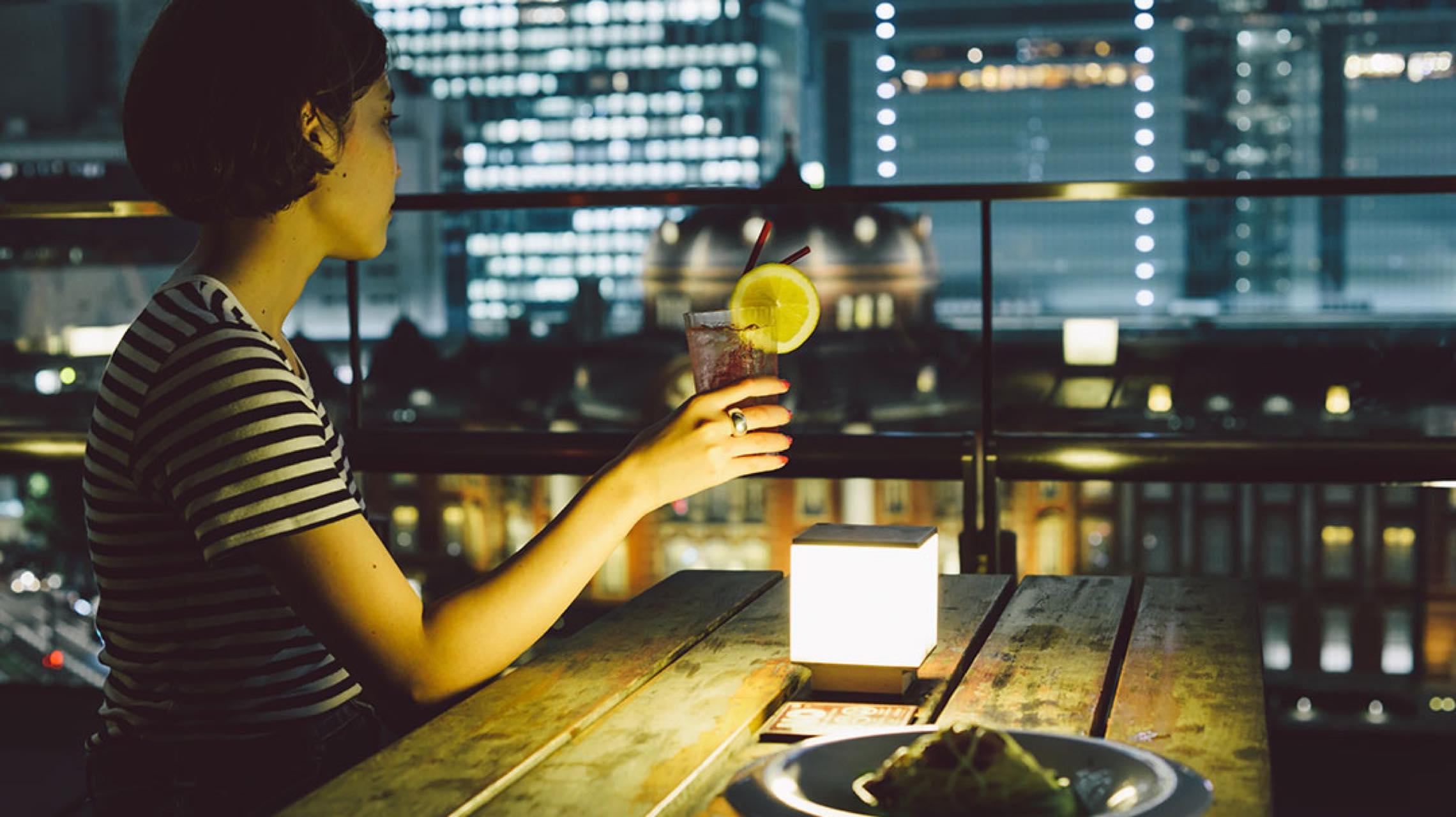 屋外展望テラスで夜景をバックにお酒を。大人な夜カフェのお供は「東京駅丸の内駅舎」