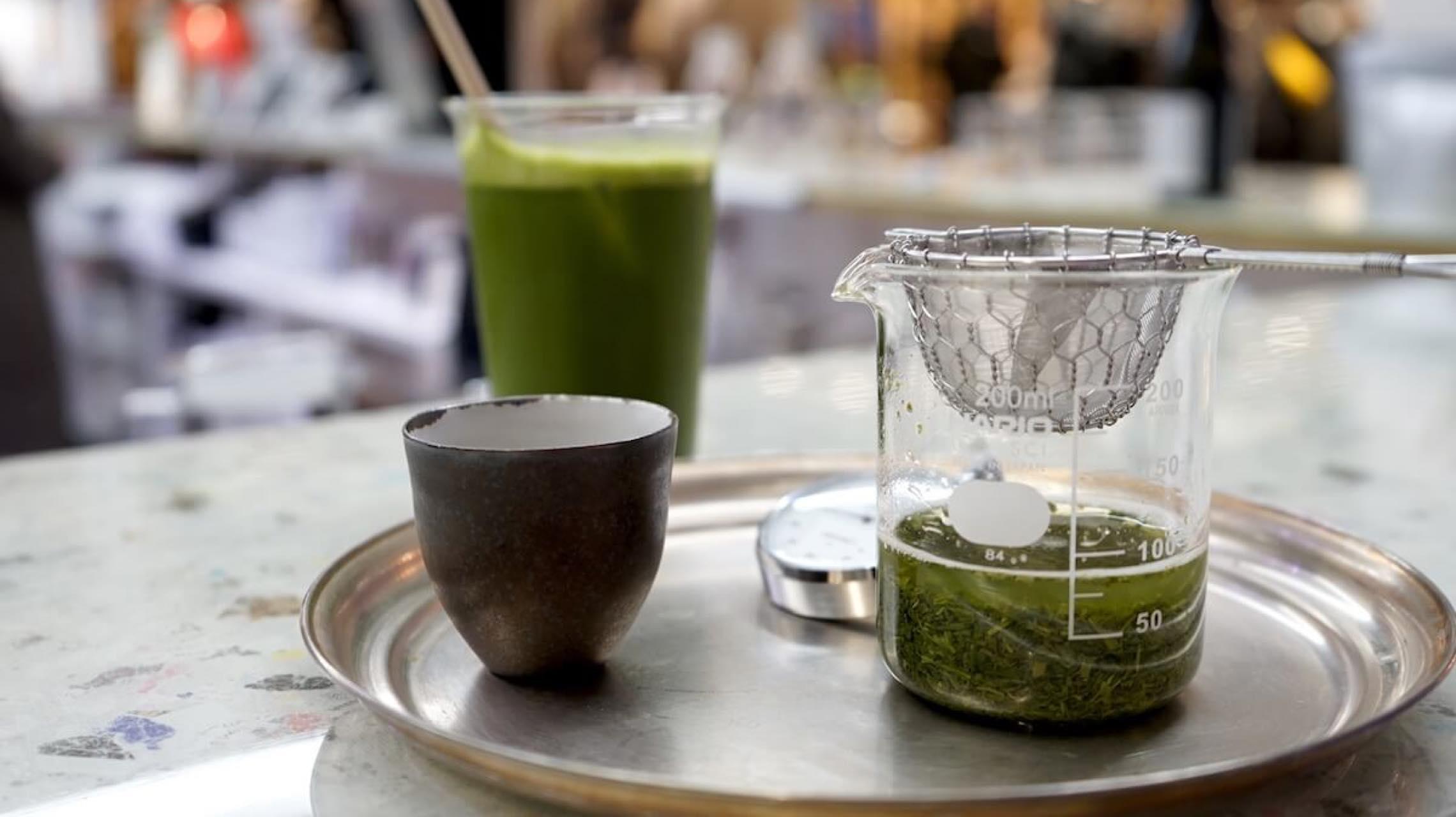 緑茶もアートのように愉しむ。美術館のようなカフェ「OIL by 美術手帖」