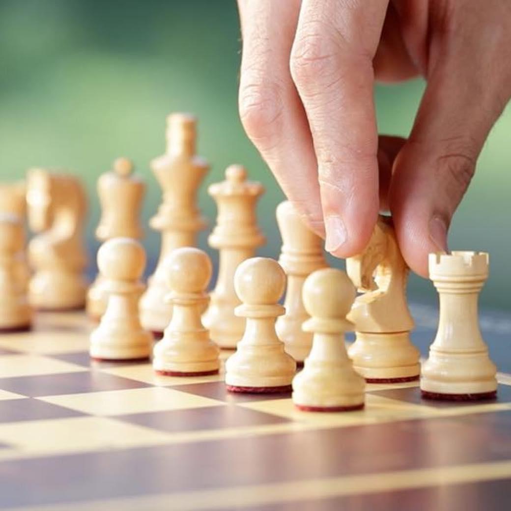 駒が自動で動きだす不思議なチェス盤「Square Off」ネット対局やAI対局が楽しめる