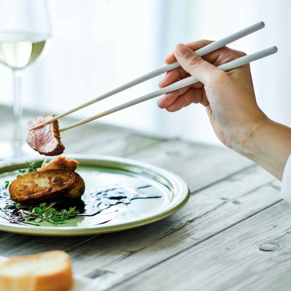箸の新スタンダードは26cm。食卓の景色を変える意欲作「STIIK」