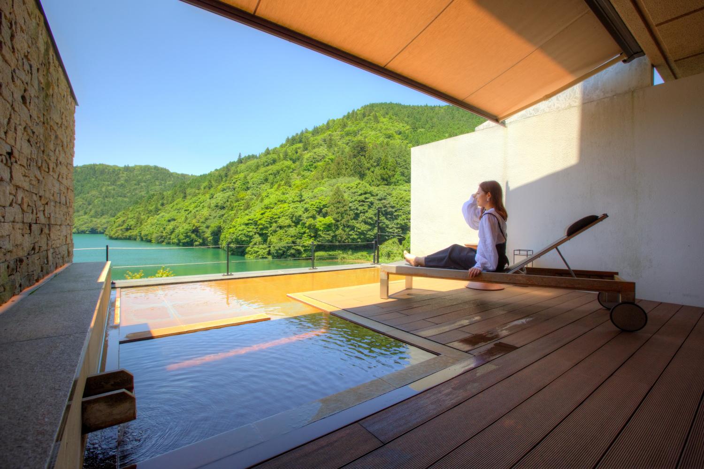 部屋付きの露天風呂と窓辺の絶景を満喫。リトリートできる「おこもり旅」