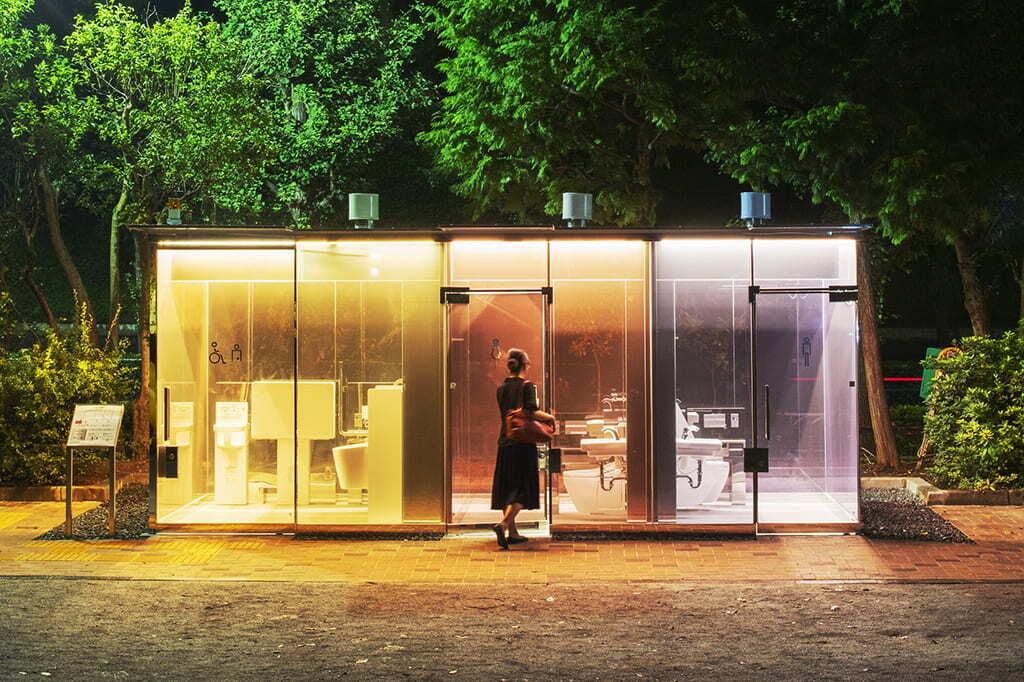 """公園に """"透明トイレ""""が出現。渋谷区内17の公共トイレが生まれ変わる"""