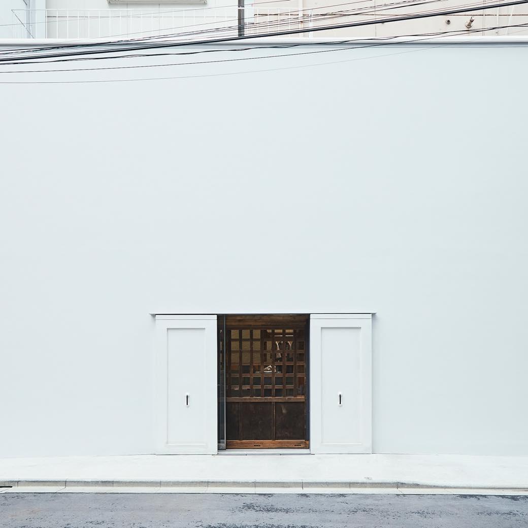 ニューバランスの新店は真っ白な箱? 築122年の蔵を移築したコンセプトストアが誕生
