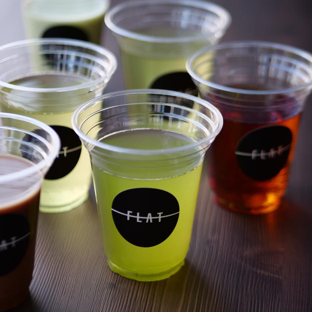 新宿西口にサブスク型ドリンクスタンド「フラット」が誕生。こだわりの日本茶を持ち帰ろう。
