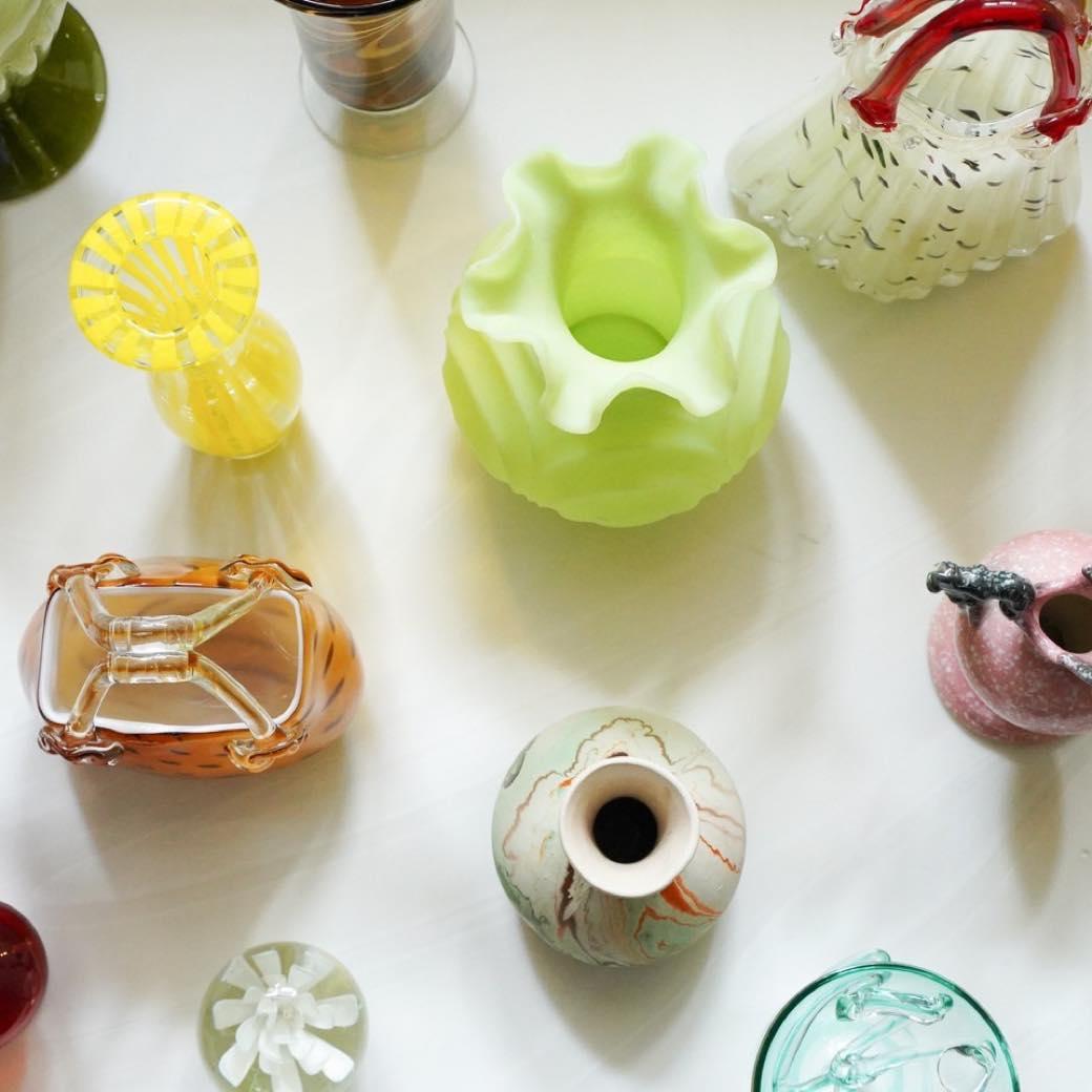 花より主張する個性的な花瓶たち。この夏のインテリアは、直感で遊ぶ