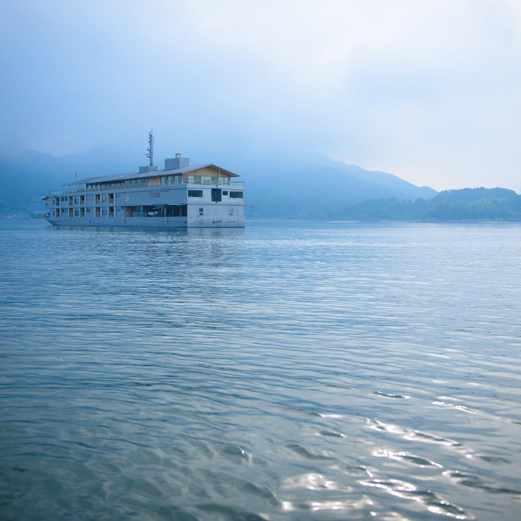 尾道発着、海に浮かぶ名建築。「ガンツウ」で瀬戸内海そのものを堪能する旅を