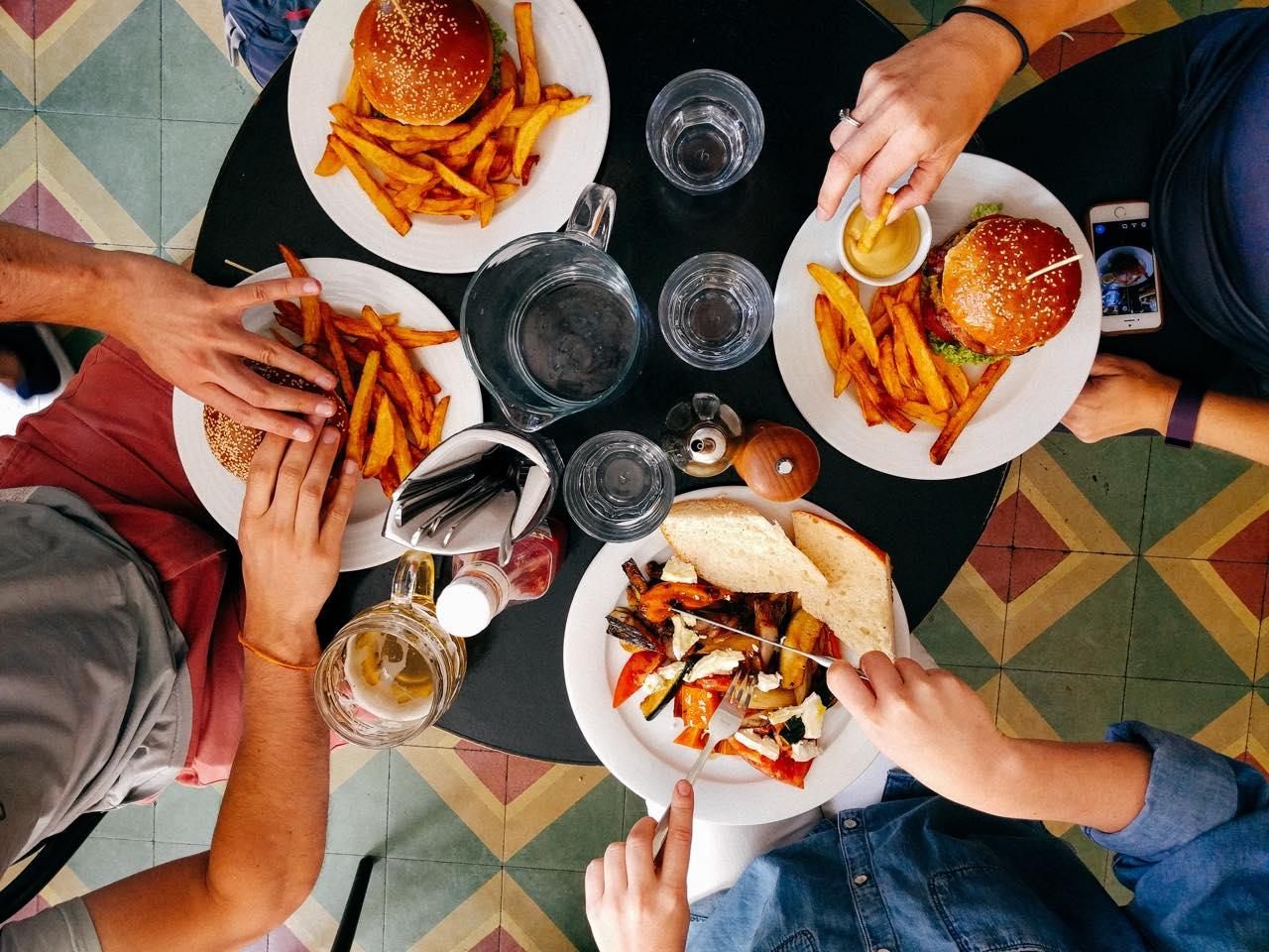 ひと皿が何十倍もおいしくなる。『食べ方図説』に見る次なる食の楽しみ方
